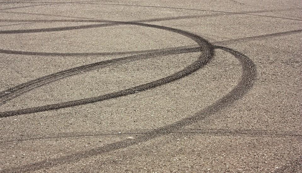 banden sporen op asfalt