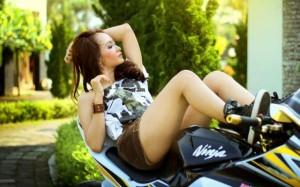 vrouw op een motor